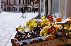 THEMENBILD - ein Obst- und Gemüsegeschäft in einer Gasse, aufgenommen am 04. Oktober 2019 in Venedig, Italien // a fruit and vegetable store in an alley, in Venice, Italy on 2019/10/04. EXPA Pictures © 2019, PhotoCredit: EXPA/Stefanie Oberhauser