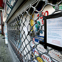 Nederland, amsterdam , 18 oktober 2010..De gesloten sigarenwinkel aan de Waddenweg waar afgelopen mei een medewerkerna een overval is neergestoken..Foto:Jean-Pierre Jans