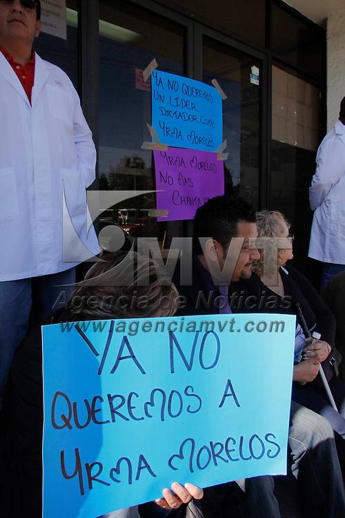 Toluca, México.- Trabajadores del Laboratorio Estatal de Salud  Pública del Instituto de Salud del Estado de México iniciaron un paro de labores de manera indefinida, para exigir la destitución de la delegada sindical, Yrma Morelos Becerril. Agencia MVT / Crisanta Espinosa