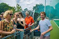 ALPHEN AAN DEN RHIJN - Vader en moeder Wever (links), Marian Kruijswijk en Harold Wever  met coach Robbert groeneveld   tijdens de competitiewedstrijd HC Alphen-Athena (2-1). Alphen is kampioen in de tweede klasse. De wedstrijd stond ook in het teken van nr. 12, het shirtnummer van de vorig jaar verongelukte speler van H I, Floris Wever.    COPYRIGHT KOEN SUYK