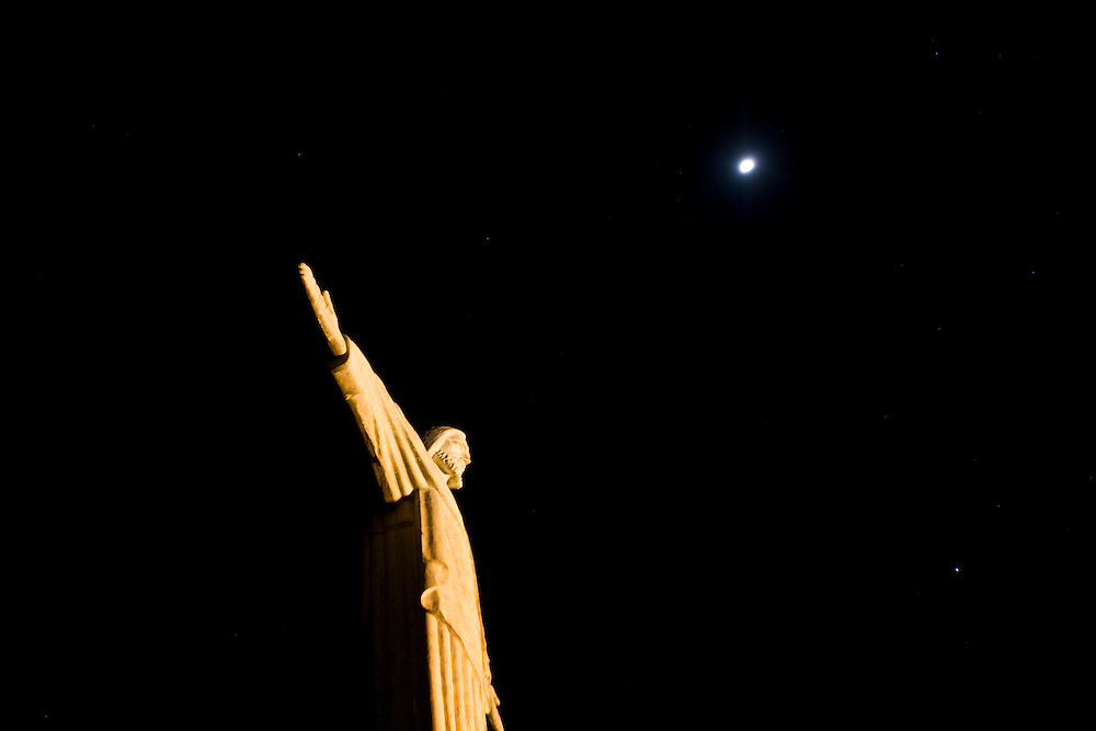 Pocos de Caldas_MG, Brasil...Replica da estatua de Cristo Redentor fotografada a noite...The statue reply of Christ Redeemer in Pocos de Caldas at night...Foto: JOAO MARCOS ROSA /  NITRO