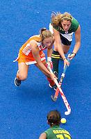 ARNHEM - Kelly Jonker met de de Zuidafrikaanse Lisa-Marie Deetlefs (r) , donderdag tijdens de oefenwedstrijd tussen de vrouwen van Nederland en Zuid Afrika. COPYRIGHT KOEN SUYK