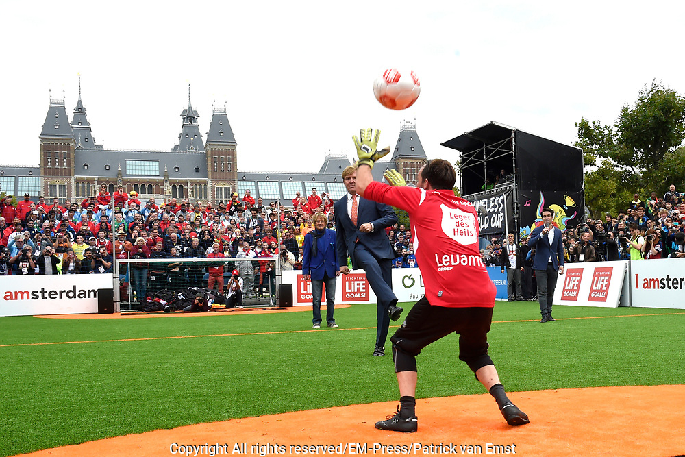 Koning Willem-Alexander heeft op het Museumplein in Amsterdam tegenover het Rijksmuseum het wereldkampioenschap voetbal voor dak- en thuislozen geopend. <br /> <br /> King Willem-Alexander on the Museumplein in Amsterdam, opposite the Rijksmuseum opened the World Cup for the homeless.<br /> <br /> Op de foto / On the photo:  Koning Willem Alexander neemt een penalty en opent daarmee het WK<br /> <br /> King Willem Alexander takes a penalty and opens the World Cup