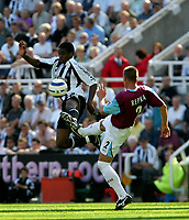 Fotball<br /> Foto: SBI/Digitalsport<br /> NORWAY ONLY<br /> <br /> Newcastle United v West Ham United. The Barclays Premiership. 20/08/2005.<br /> West Ham's Tomas Repka (R) challenges Newcastle's Charles N'Zogbia