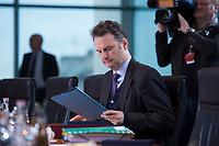 13 JAN 2016, BERLIN/GERMANY:<br /> Guenter Krings, CDU, Parl. Staatssekretaer im Bundesinnenministerium, liest in seinen Unterlagen, vor Beginn einer Kabinettsitzung, Budneskanzleramt<br /> IMAGE: 20160113-01-010<br /> KEYWORDS: Kabinett, Sitzung, Günter Krings, lesen