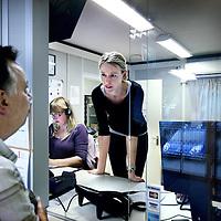 Nederland, Amsterdam , 6 oktober 2011..Hectische toestanden bij de assistentenbalie van huisartsenpost bij het Boven t IJ ziekenhuis..De dienstdoende vrouwelijke arts staat een patient te woord..Foto:Jean-Pierre Jans