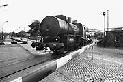 Duitsland, Bitterfeld, 1-7-1990De verouderde economie van de ddr. Een stoomlocomotief rijd over het spoor langs een fabriek.Foto: Flip Franssen/Hollandse Hoogte
