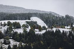 THEMENBILD - Bergbauernhöfe und der umliegende Wald sind mit Schnee bedeckt, aufgenommen am 26. September 2020 in Viehhofen, Oesterreich // Mountain farms and the surrounding forest are covered with snow, in Viehhofen, Austria on 2020/09/26. EXPA Pictures © 2020, PhotoCredit: EXPA/Stefanie Oberhauser