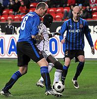 Fotball UEFA cup 23.10.08 Rosenborg Club Brügge,<br /> Didier Konan Ya pakkes inn av Laurent Ciman og Pilipe Clement,<br /> Foto: Carl-Erik Eriksson, Digitalsport