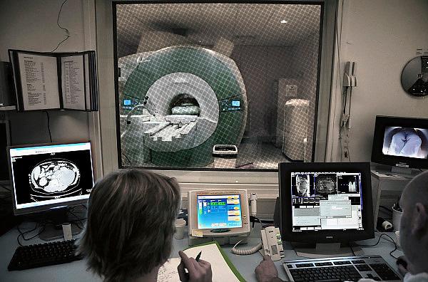 Nederland, Nijmegen, 16-4-2013NIET GEBRUIKEN BIJ ARTIKELEN OVER FRAUDE OF FOUTEN IN DE ZORG.MRI-scanner bij radiologie in het UMC Radboud. Een laborant maakt een MRI scan van een patient die in de MRI scanner ligt. Naam is onherkenbaar gemaakt.Foto: Flip Franssen