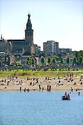 Nederland, nijmegen, 25-8-2016Mensen trekken massaal naar de oevers van de waal en de nieuwe spiegelwaal in het rivierpark aan de overkant van Nijmegen op deze eenna warmste 25 augustus ooit . Het nieuwe recreatiegebied beleeft haar eerste zomer en blijkt een aanwinst voor de stad en omgeving.Foto: Flip Franssen