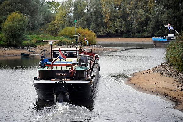 Nederland, Doesburg, 29-9-2009Het lage water in de Rijn, Waal en IJssel heeft problemen voor de scheepvaart gebracht. Hier vaart een binnenvaartschip de sluis van Doesburg uit.Foto: Flip Franssen/Hollandse Hoogte