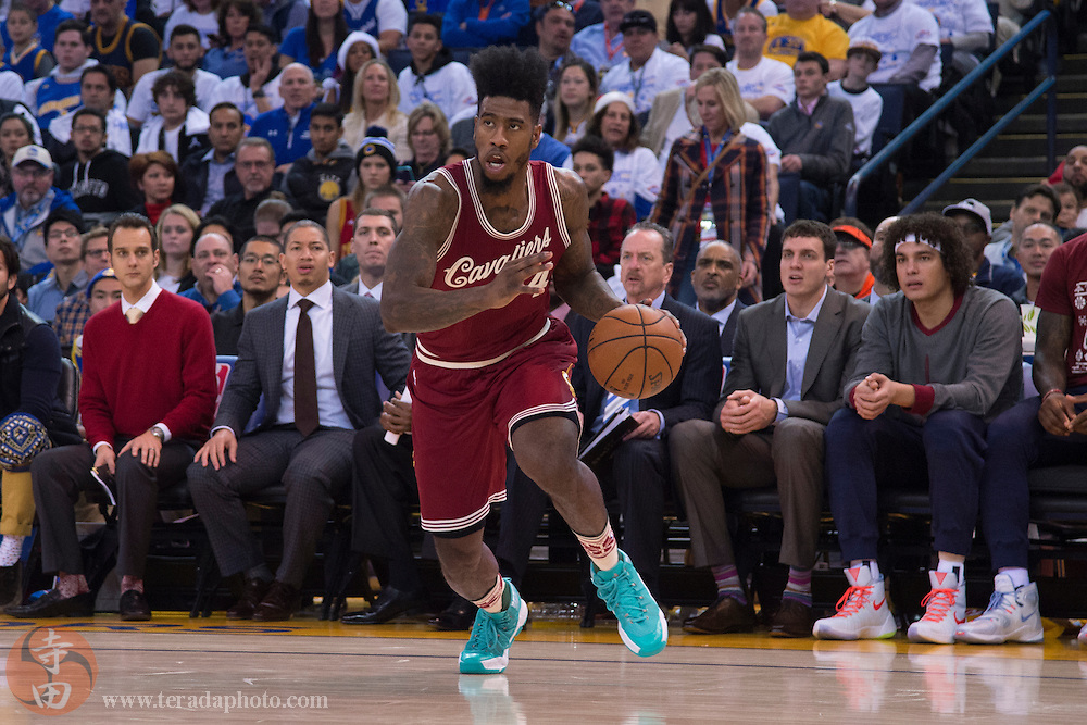 December 25, 2015; Oakland, CA, USA; Cleveland Cavaliers guard Iman Shumpert (4) dribbles the basketball during the second quarter in a NBA basketball game on Christmas against the Golden State Warriors at Oracle Arena. The Warriors defeated the Cavaliers 89-83.