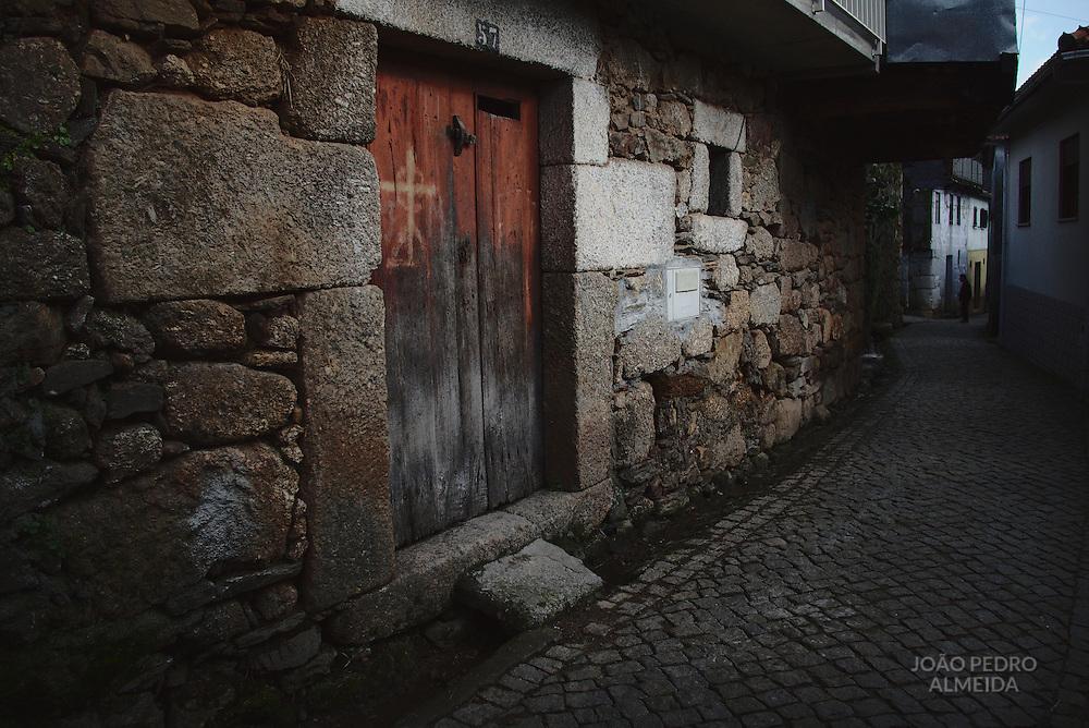 The narrow streets of Lazarim