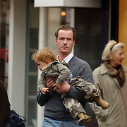 Marc Schröder met vrouw en kind winkelend in Laren