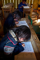 Vietnam. haut Tonkin. Region de Sapa. Écolier d'ethie Hmong Noir. // Vietnam. North Vietnam. Sapa area. Blqck Hmong ethnic group kids at school.