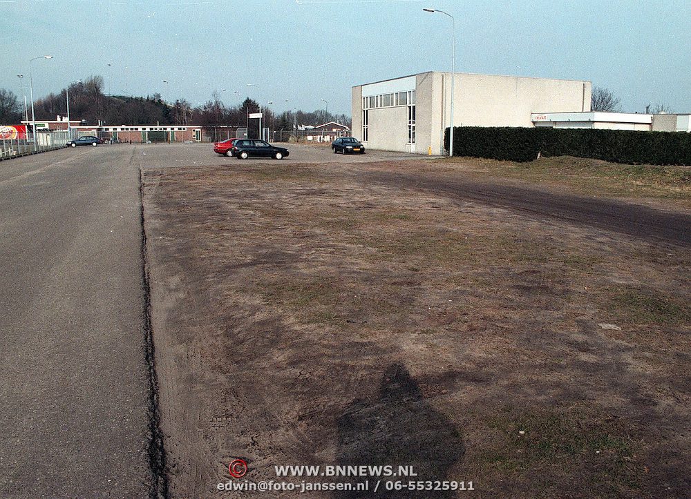 Parkeerterrein IJsselmeerstraat bij SV Huizen met gebouw Oranje