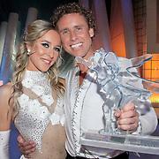 NLD/Ede/20110415 - Finale Sterren Dansen op het IJs 2011, Michael Boogerd en Darya Nucci met de trofee