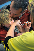 Nederland, Ubbergen, 27-11-2009Kinderen krijgen een griepprik  tegen de mexicaanse griep, van het griep vaccinatie team van de GGD.Foto: Flip Franssen