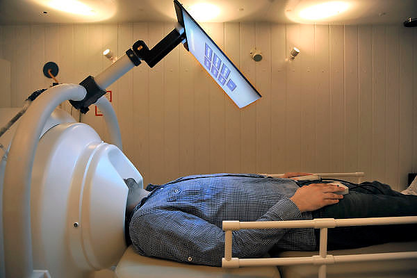 Nederland, Nijmegen, 21-10-2011In de MEG scanner van het aan de radboud universiteit gelieerde Donderscentrum wordt de magnetische activiteit gemeten die door prikkeloverdracht in de neuronen binnen de hersenen tot stand komt.Foto: Flip Franssen