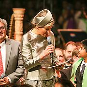 NLD/Amsterdam/20160309 - Koningin Maxima aanwezig bij 10 jarig bestaan Leerorkest Lustrumconcert, Maxima en oprichter Marco de Souza