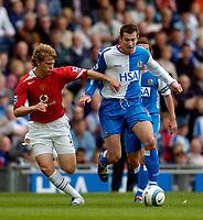 Fotball<br /> Foto: SBI/Digitalsport<br /> NORWAY ONLY<br /> <br /> Blackburn Rovers v Manchester United<br /> Barclays Premiership, 28/08/2004<br /> <br /> Blackburn's Brett Emerton (R) takes on Manchester United's Jonathan Spector