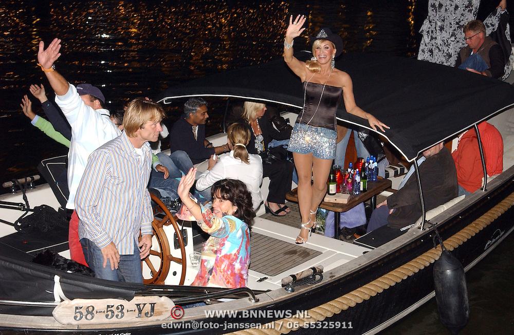 NLD/Amsterdam/20050806 - Gaypride 2005, optreden Vanessa, op de boot