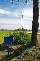 Podlasie, 01.05.2020. N/z skrzynki pocztowe na wsi nie zawsze spelniaja role bezpiecznego przechowywania korespondencji, co jest szczegolnie niepokojace w kontekscie propozycji PiS - korespondencyjnych wyborow prezydenckich; skrzynka na rozstajach drog, obok przydrozny krzyz i drzewo fot Michal Kosc / AGENCJA WSCHOD