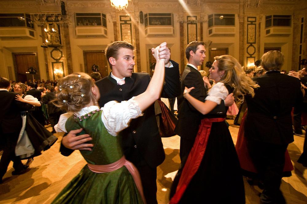 """Wien/Oesterreich, AUT, 28.01.2008: Taenzer und Taenzerinnen waehrend dem Jaegerball in der Wiener Hofburg.<br /> <br /> Vienna/Austria, AUT, 28.01.2008: Dancers during the Hunters Ball (Jaegerball) at the """"Hofburg"""" in Vienna."""
