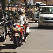 NLD/Amsterdam/20060624 - Robbie Williams verlaat het hotel naar de Arena onder politiebegeleiding op de motor