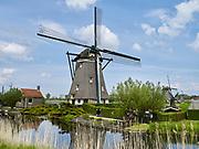 Zevenhuizen-Moerkapelle, Nederland - 13 mei 2021: Nederlands landschap met molens bij de molenviergang.   Zevenhuizen-Moerkapelle, Netherlands - May 13, 2021: Dutch landscape with windmills at the molenviergang.