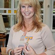 NLD/Huizen/20110429 - Lintjesregen 2011, linda de Mol met haar Koninklijke Onderscheiding