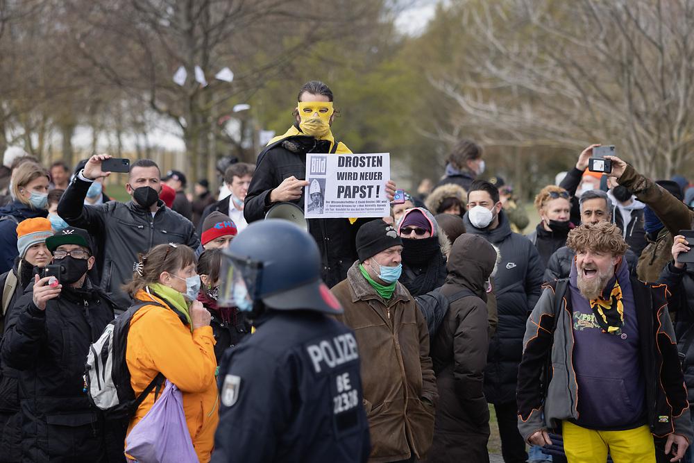 """Mehrere hundert Maskengegner, Coronaleugner,  Coronaverharmloser, Querdenker und Verschwörungstheoretiker protestieren vor der Reichstagswiese gegen die Änderung des Infektionsschutzgesetzes zur Eindämmung der Covid-19-Pandemie, gegen Maskenpflicht und gegen Impfungen. Die Demonstranten befürchten, dass mit dem von ihnen als """"Ermächtigungsgesetz"""" bezeichnetem Infektionsschutzgesetz die Demokratie abgeschafft und eine Corona-Diktatur eingeführt wird. Berlin, Deutschland, 13.04.2021.<br /> <br /> <br /> [© Christian Mang - Veroeffentlichung nur gg. Honorar (zzgl. MwSt.), Urhebervermerk und Beleg. Nur für redaktionelle Nutzung - Publication only with licence fee payment, copyright notice and voucher copy. For editorial use only - No model release. No property release. Kontakt: mail@christianmang.com.]"""