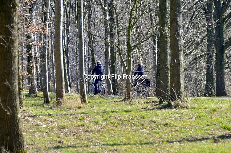 Nederland, Nijmegen, 13-3-2016Fietsers fietsen door een bosje in recreatiepark de Berendonck.FOTO: FLIP FRANSSEN