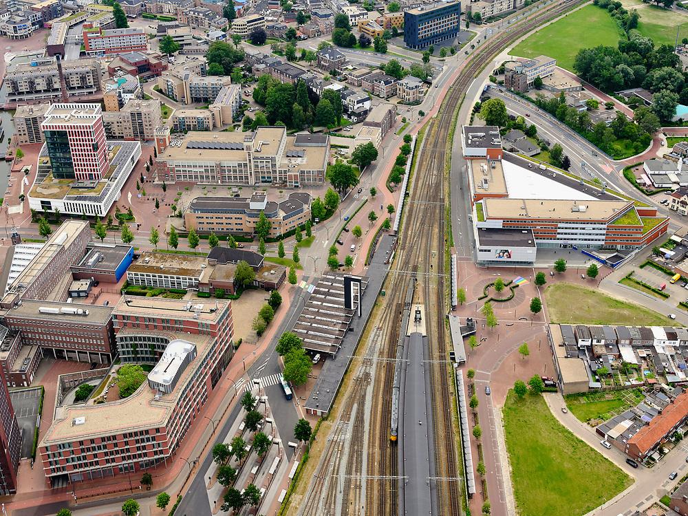 Nederland, Overijssel, Gemeente Almelo; 21–06-2020; Overzicht NS Station Almelo, Stationsplein met omgeving.<br /> Overview NS Station Almelo, Stationsplein with surroundings.<br /> <br /> luchtfoto (toeslag op standaard tarieven);<br /> aerial photo (additional fee required)<br /> copyright © 2020 foto/photo Siebe Swart