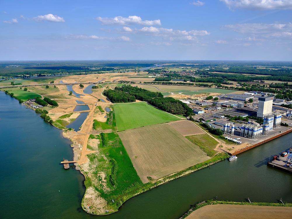 Nederland, Limburg, Gemeente Venray; 27-05-2020; Wanssum, zicht op de Maas en (toekomstige) hoogwatergeul. Op deze lokatie niet alleen de geulen maar ook de toekomstige de uitlaat. Onderdeel van Gebiedsontwikkeling Ooijen en Wanssum, waaronder aanleg van een  hoogwatergeul, weerdverlaging en natuurontwikkeling. Op het middenplan de Koninginnebrug en N270 naar Well.<br /> Wanssum, view of the Maas and (future) high water channel. At this location not only the channels but also the future outlet, on the right the construction of the Hoge Gronddijk. <br /> luchtfoto (toeslag op standard tarieven);<br /> aerial photo (additional fee required)<br /> copyright © 2020 foto/photo Siebe Swart