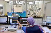 Nederland, Nijmegen, 16-1-2013NIET BIJ ARTIKELEN M.B.T. MEDISCHE FOUTEN !Een arts onderzoekt het hart en de kransslagader van een patient in de katheterisatiekamer. Via een rontgenapparaat van Philips medical systems ziet hij wat hij doet met de draad, het instrument, die in de slagader zit. Het stralingsniveau van dit rontgen apparaat is sterk verminderd door softwareverbeteringen. Het beeld is daardoor korreliger, maar nog goed te bekijken.Foto: Flip Franssen