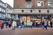 Nederland, Nijmegen, 14-12-2020 Drukte in het centrum van de stad voorafgaand aan de verwachte nieuwe strenge lockdown vanavond, tot half januari. De nog steeds geldende coronamaatregelen zoals anderhalve meter afstand houden hebben niet genoeg effect gehad op terugdringen van het coronavirus. Winkelende mensen in de Broerstraat . Foto: ANP/ Hollandse Hoogte/ Flip Franssen