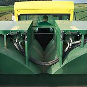 Nederland Giessen 28 augustus 2009 20090828 Foto: David Rozing  ..Serie over levensmiddelensector                                                                                      .Machinale oogst van tuinbonen . Deze boontjes worden vervolgens getransporteerd naar de fabriek van HAK, waar de groente dezelfde dag wordt verwerkt. Harvest ..Foto: David Rozing