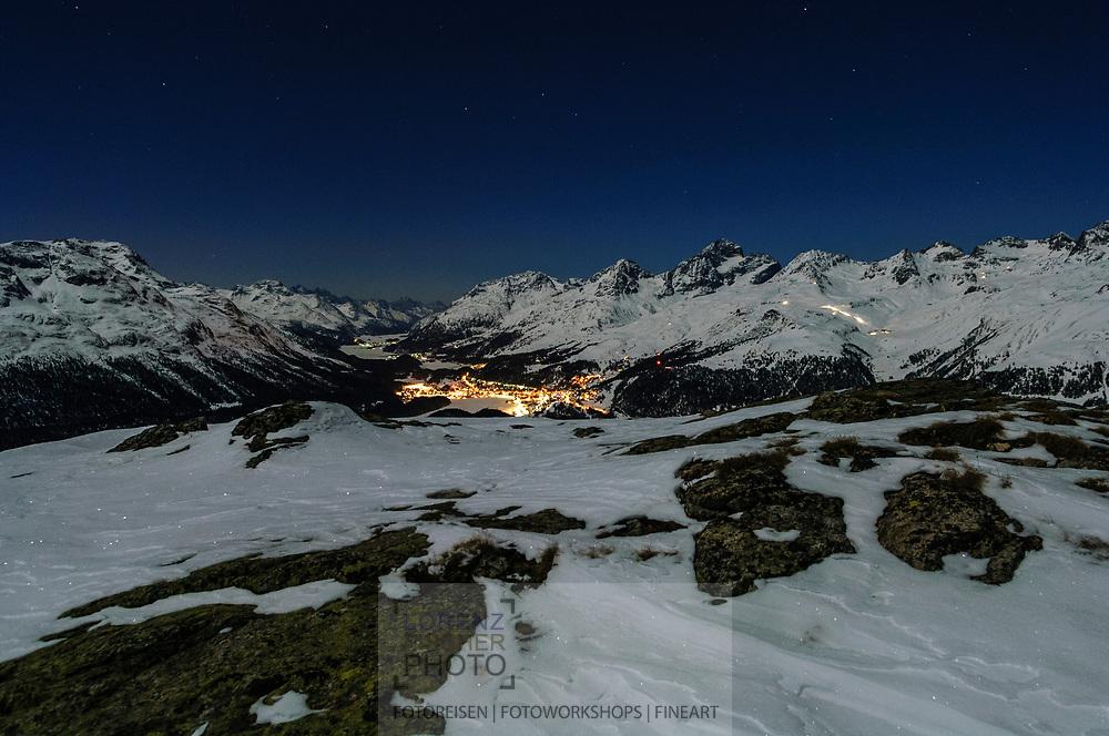 Nächtlicher Blick von Muottas Muragl auf die Lichter von St. Moritz und die Seenkette des Oberengadins.<br /><br /><br />Night view from Muottas Muragl towards the lights of St. Moritz and the chain of lakes in the valley of the Oberengadin.
