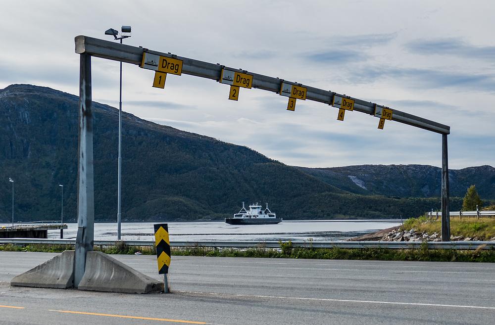 Drag–Kjøpsvik er et ferjesamband langs riksvei 827. Det krysser Tysfjorden i Ofoten, mellom Drag og Kjøpsvik ferjekaier i Tysfjord Kommune. Strekningen drives av Torghatten Nord. Overfartstiden er 45 minutter, den blir betjent av MF «Vardehorn», med 9 avganger daglig i hver retning.