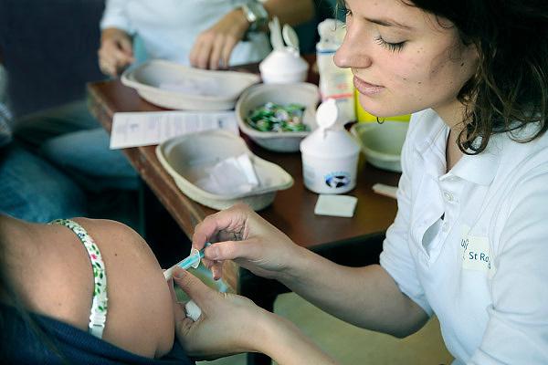Nederland, Nijmegen, 13-11-2009Medewerkers van het UMC Radboud krijgen een griepprik  tegen de mexicaanse griep van het griep vaccinatie team van de eigen arbodienst.Foto: Flip Franssen
