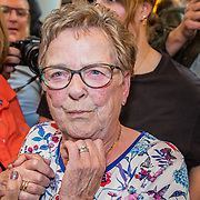 NLD/Amsterdam/20190519 - Songfestival winnaar 2019 Duncan Lawrance komt aan op Schiphol, oma