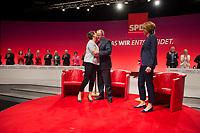 16 JUN 2013, BERLIN/GERMANY:<br /> Gertrud Steinbrueck (L), Ehefrau des Kanzlerkadidaten, kuesst Peer Steinbrueck (M), SPD Kanzlerkandidat, nach Ende des Dialogs mit Bettina Boettinger (R), Moderatorin, SPD-Parteikonvent, Tempodrom<br /> IMAGE: 20130616-01-152<br /> KEYWORDS: Peer Steinbrück, Gertrud Steinbrück, Gespräch, Bettina Böttinger