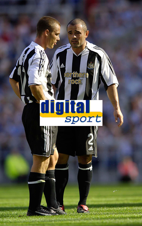 Fotball<br /> Intertoto Cup<br /> 15.07.2006<br /> Newcastle United v Lillestrøm<br /> Foto: Jed Wee/SBI/Digitalsport<br /> NORWAY ONLY<br /> <br /> Newcastle's Stephen Carr (R) tells captain Scott Parker what he thinks the problems are behind their poor first half performance.