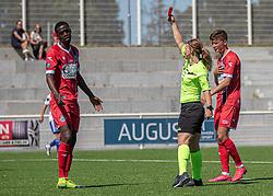 Prøvespilleren Brandon Onkony (FC Helsingør) får rødt kort af dommer Frida Klarlund under træningskampen mellem FC Helsingør og HIK den 1. august 2020 på Helsingør Ny Stadion (Foto: Claus Birch).