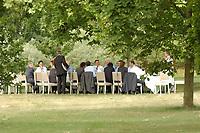 29 JUN 2003, NEUHARDENBERG/GERMANY:<br /> Das Bundeskabinett unter Gerhard Schroeder (M), SPD, Bundeskanzler, tagt im Freien unter den Baeumen im Schlosspark, Klausurtagung des Bundeskanbinetts, Schloss Neuhardenberg, Brandenburg<br /> IMAGE: 20030629-01-047<br /> KEYWORDS: Kabinett, Sitzung, Klausur, Kabinettsklausur, Schloß Neuhardenberg, Gerhard Schröder