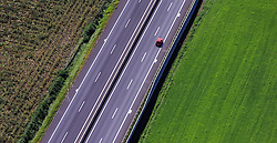THEMENBILD, Luftaufnahme eines Kraftfahrzeuges auf der Murtal Schnellstrasse (S36), aufgenommen am 06. September 2015, Spielberg, Österreich // Aerial view of a car on the Murtal motorway (S36), Spielberg, Austria on 2015/09/06. EXPA Pictures © 2015, PhotoCredit: EXPA/ JFK