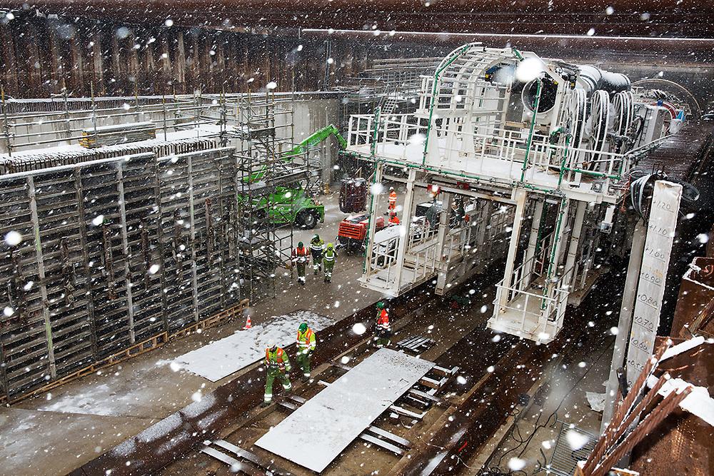 De werkzaamheden bij de tunnelschacht in de Vlietzone gaan door tijdens een sneeuwstorm