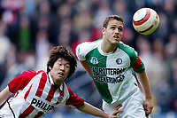 Fotball<br /> Eresdivisjon Nederland<br /> PSV v Feyenoord<br /> 14. mars 2004<br /> Foto: Digitalsport<br /> Norway Only<br /> <br /> Young Pyo Lee, PSV, Patrick Pauwe, Feyenoord